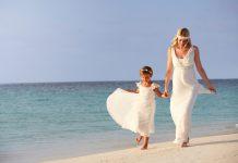 trouwjurk wit met bruidsmeisje