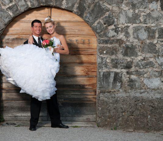 bruid optillen door bruidegom