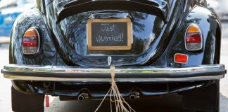 trouwen blikken aan auto