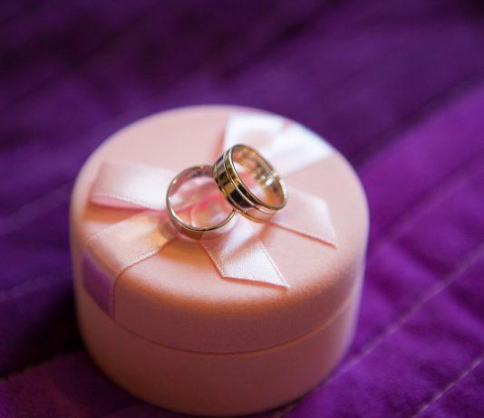 trouwringen op kussentje