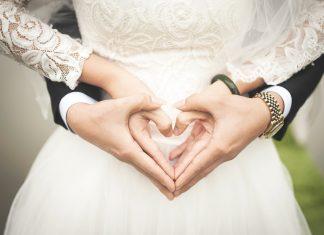 handen op buik bruid