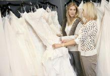 moeder zoekt trouwjurk uit met dochter