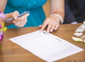 getuige die tekent bij bruiloft
